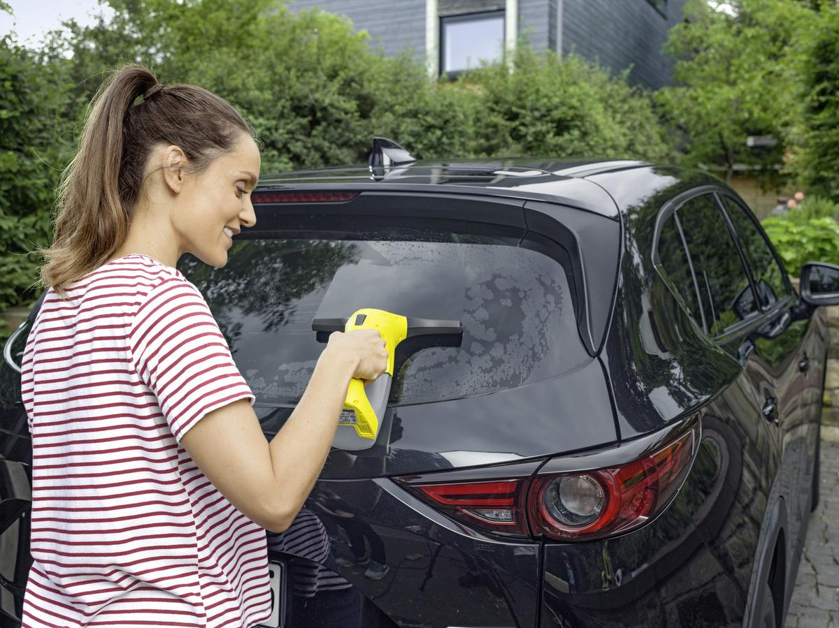 Femme avec Lave vitres Karcher WV1 voiture