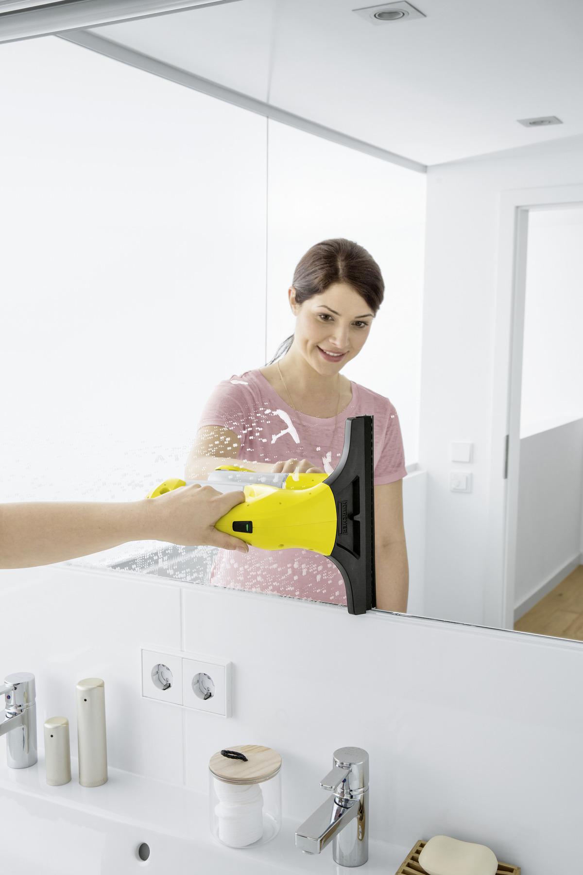 Femme avec Lave vitres Karcher WV1 miroir